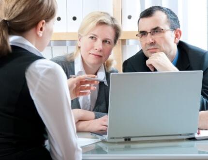 אנשים בפגישת ייעוץ לביטוח