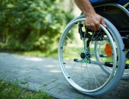 אדם בכסא גלגלים לאחר תאונה