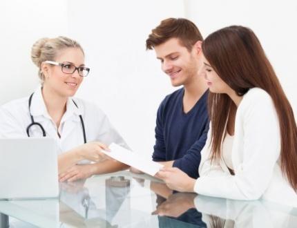 רופאה מספקת ייעוץ רפואי לזוג במסגרת ביטוח בריאות פרטי