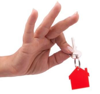 אדם מחזיק מפתח של דירה ריקה