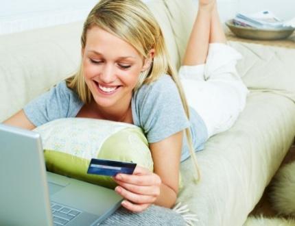אשה עושה ביטוח שיניים דרך האינטרנט