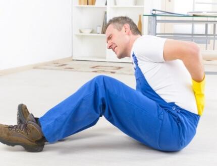 אדם שנפל בתאונה מחזיק את הגב