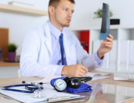 רופא שמחזיק צילום ביד