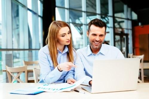 זוג בודק באינטרנט אפשרות של פדיון ביטוח מנהלים