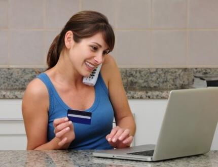 אשה מדברת בטלפון ועושה ביטוח בריאות דרך העבודה