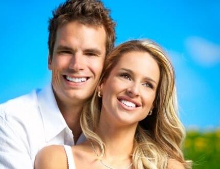 זוג מחייכים אחרי שעשו ביטוח שיניים