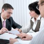 סוכן ביטוח עם לקוחות