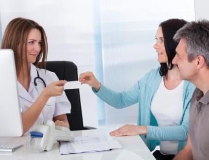 רופאה פרטית יושבת מול זוג שיש לו ביטוח בריאות פרטי