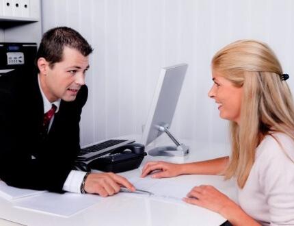 אשה יושבת מול סוכן ביטוח שמציע לה ביטוח סיעודי