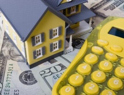 מחשבון, שטרות כסף ודגם של בית