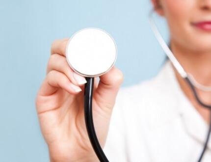 רופאה עם סטטוסקופ