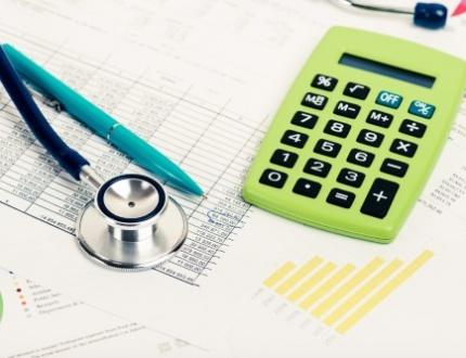 טפסים של בדיקה רפואית, מחשבון וסטטוסקופ