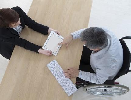 לקוח בפגישה עם יועץ ביטוח לתאונות אישיות