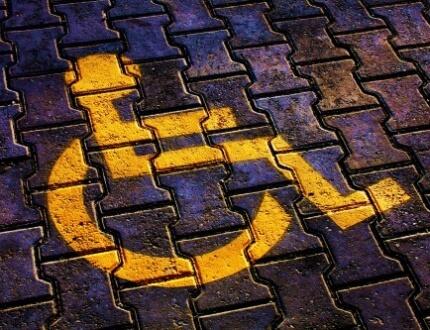 סימון של כסא גלגלים על גבי מקום חניה