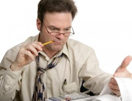 בעל עסק משווה הצעות מחיר לביטוח עסק
