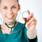 רופאה מחזיקה סטטוסקופ ומציעה שירות רפואי לתושב חוזר