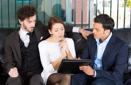 אנשים מתייעצים לגבי פוליסת ביטוח משרד