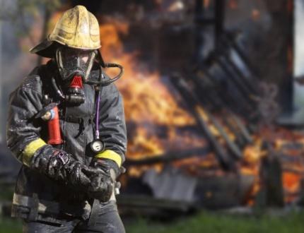 לוחם אש מנסה להשתלט על שריפה בדירה