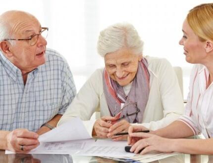 זוג שמתעניין באפשרות של כפל ביטוח סיעודי