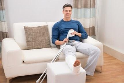אדם יושב בבית בגלל אובדן כושר עבודה