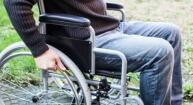 אדם בכסא גלגלים בעקבות אובדן כושר עבודה