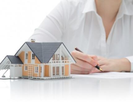 אדם חותם על חוזה ביטוח לדירה