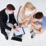 זוג מתייעץ עם עורך דין בנוגע לתביעת ביטוח משכנתא