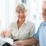 זוג חותם על ביטוח חיים למשכנתא