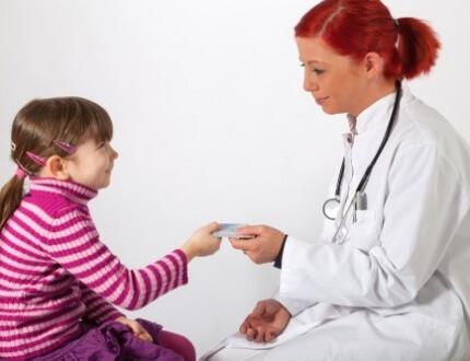 רופאה בודקת ילדה