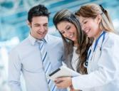 סטודנטים מקבלים הצעה לביטוח בריאות