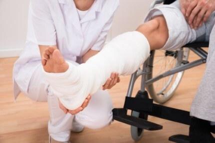 אדן בגבס יושב בכסא גלגלים בעקבות אובדן כושר עבודה