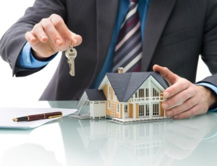 אדם מחזיק מפתחות לבית