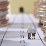 תמונה של אנשים הולכים בין מטבעות כסף