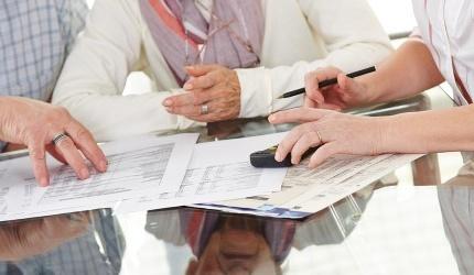 יועץ ביטוח יושב עם לקוחות