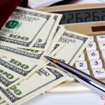 מחשבון ושטרות של כסף