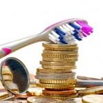 מברשת שיניים וכסף שנשמר לטובת ביטוח שיניים