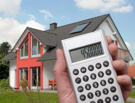 מחשבון ותמונה של בית