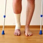 אדם פצוע מתהלך עם קביים