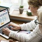 זוג חותם על טופס ביטוח חיים